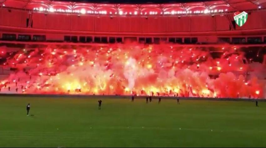 Timsah Arena'da meşaleli kutlama