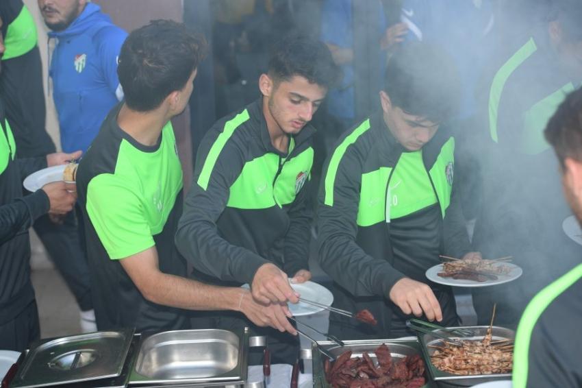 Bursasporlu futbolculara barbekü morali