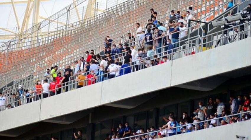 Tribünleri dolduran Adana Demirspor ve Giresunspor'a teşvik eder gibi ceza