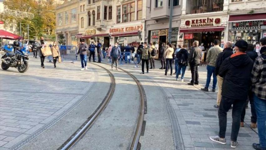 İstiklal Caddesi'ne girmek için dakikalarca kuyrukta beklediler