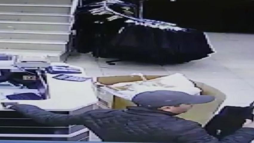 Telefon hırsızı kameralara böyle yakalandı