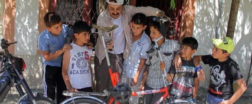 Topladığı hurda parçalarından bisiklet tasarlıyor