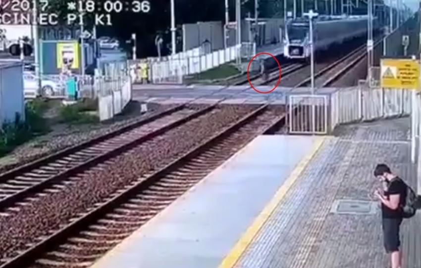 Trenin çarptığı genç kız metrelerce uçtu!