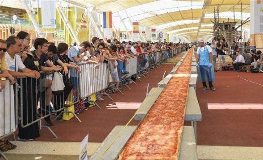 Dünyanın en uzun pizzasıyla rekor kırdılar!