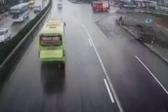 Tur otobüsü itfaiye aracına çarptı