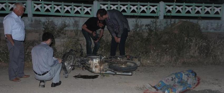Üç çocuğun bindiği motosiklet cami duvarına çarptı