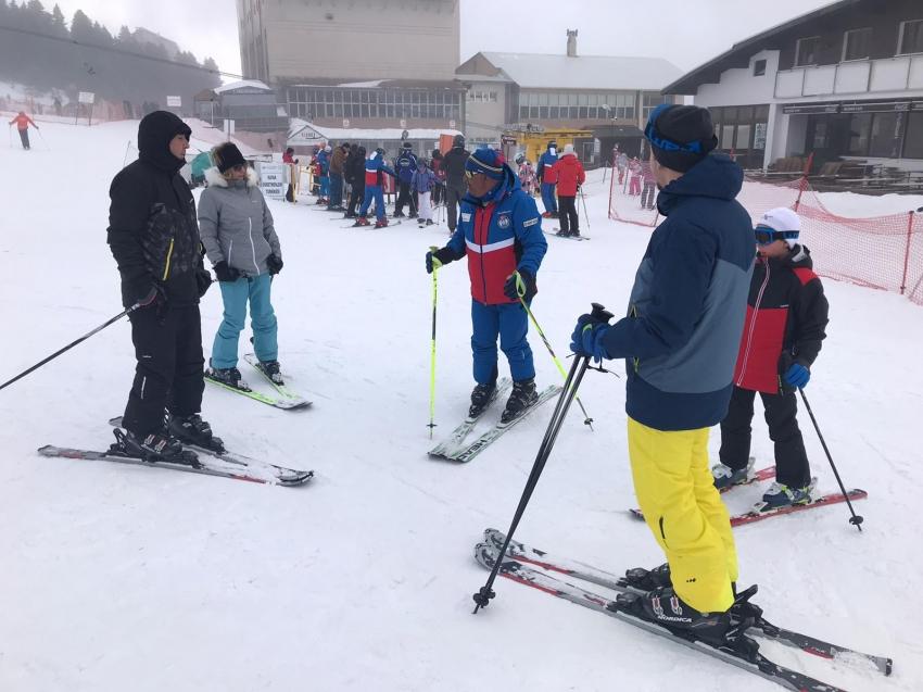 Uludağ'da tatilciler 2 saatlik eğitimle kayak yapmanın keyfini çıkarıyor