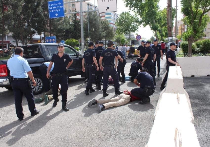 Adıyaman'da Valilik önünde bıçaklı kavga: 7 gözaltı