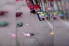 Vicdansız sürücü bebeğiyle bekleyen babaya böyle çarptı, kaçtı