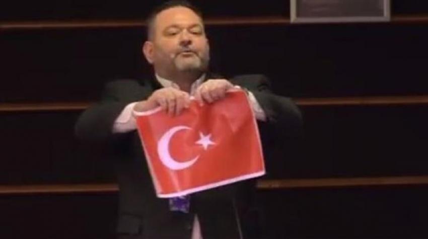 Türk bayrağını yırtan hadsiz Yunan vekil Ioannis Lagos tutuklandı