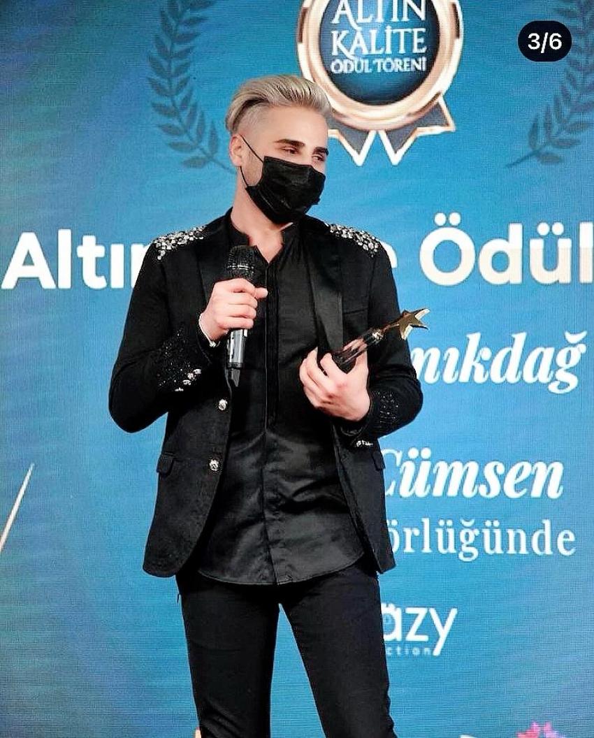 """Türk Pop Müziği'ne farklılık katan Ömer Topçu """"Altın Kalite Ödülü""""nü aldı"""