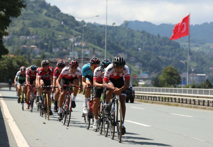 Türk ve Kazak bisikletçiler Anıtkabir'e pedal çevirdi