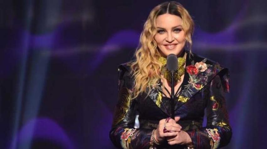 Madonna kabak çiçeği gibi açıldı!