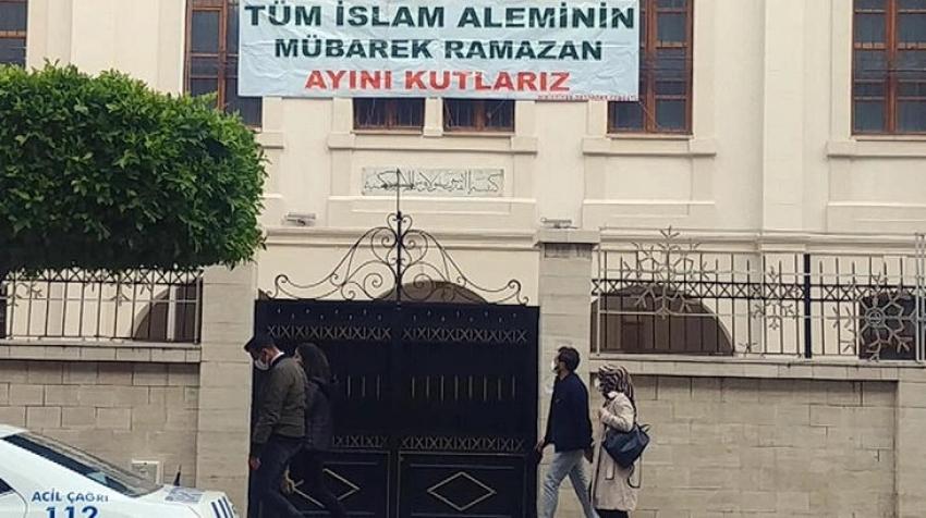 Hristiyanlar kilise duvarına astıkları pankartla ramazanı kutladı