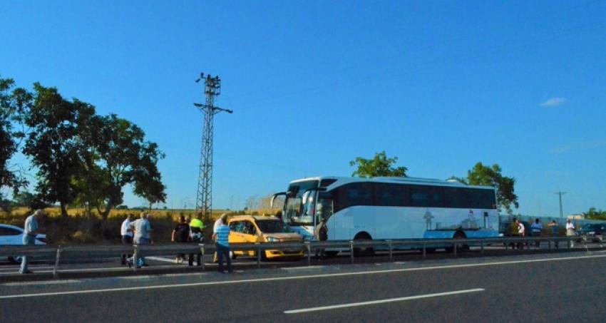 Yolcu otobüsü taksiye çarptı: Trafik durdu!