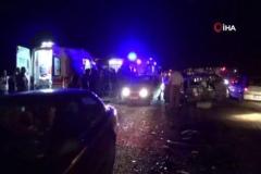 Yolcu minibüsü ile otomobilin kafa kafaya çarpıştığı kazada baba ve oğul hayatını kaybetti