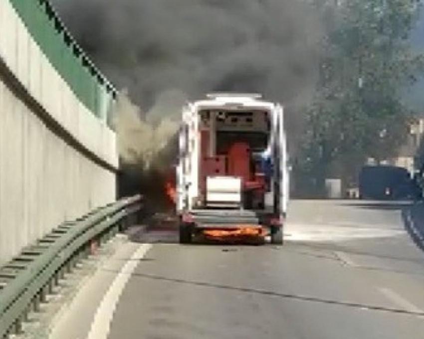 Bursa merkezde seyir halindeki ambulans yandı